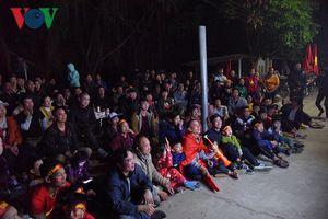 Hàng trăm cổ động viên về nhà Quang Hải cổ vũ cho đội tuyển Việt Nam