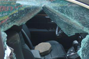 Nam thanh niên cầm gạch đập vỡ kính ô tô đắt tiền ở Hà Nội
