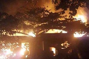 Hà Tĩnh: Lửa thiêu rụi nhiều ngôi nhà, dân hoảng loạn chạy trong đêm