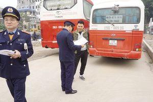 Theo chân Thanh tra giao thông bắt xe khách chạy… 'rùa bò'