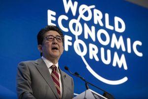 Thủ tướng Nhật trở thành 'ngôi sao' của WEF 2019