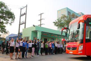 Gần 30 xe khách miễn phí đưa người lao động nghèo về quê đón Tết