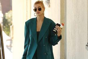 Vợ Justin Bieber diện vest sành điệu, một mình ra phố sau 3 lần hoãn đám cưới