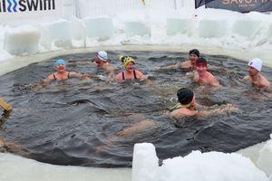 Trải nghiệm cảm giác lạ khi bơi giữa sông băng ở Phần Lan