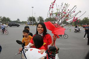 Cổ động viên mang bánh chưng và hoa đào tặng thầy Park