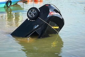 Người đàn ông lao xe xuống sông tự tử khi đang chở vợ và 2 con đi du lịch ở Hội An