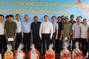 Phó Thủ tướng Thường trực Trương Hòa Bình tặng quà Tết cho gia đình chính sách