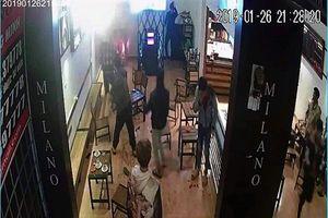 Đang ngồi uống cà phê, nam thanh niên bị nhóm côn đồ xông vào chém gần đứt lìa cánh tay
