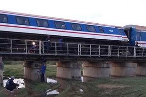 Tàu SE1 trật bánh ở Bình Thuận, đường sắt Bắc - Nam tê liệt