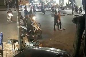 Thanh Hóa: Hàng chục côn đồ mang dao, kiếm vào quán truy sát và chém gục 2 thanh niên khi đang ăn đêm