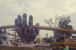 Du khách ngỡ ngàng khi cầu Vàng xuất hiện cạnh cầu Rồng bên bờ sông Hàn - Đà Nẵng