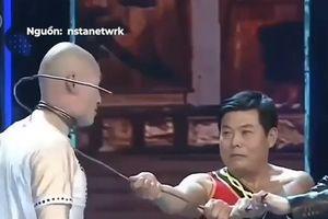 Võ sư Trung Quốc dùng khí công thoát khỏi dây sắt buộc chặt cổ