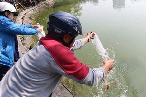 Người dân Thủ đô thả cá chép tiễn ông Táo về trời