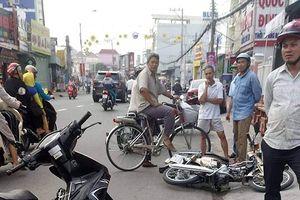 Dừng xe máy trên đường để bấm điện thoại, 2 người nguy kịch