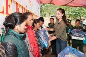 Hoa hậu Tiểu Vy mang nước sạch và quà Tết đến bà con bản Nịu