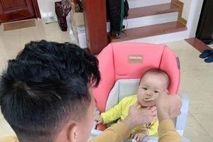 Sau Asian Cup, Quế Ngọc Hải về nhà làm ông bố chăm con cực khéo