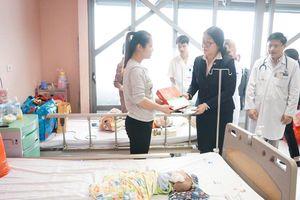 Chia sẻ với những bệnh nhi có hoàn cảnh khó khăn dịp Tết