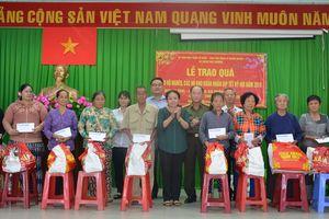 Quà Tết đến với người nghèo xã Xuân Thới Thượng, huyện Hóc Môn