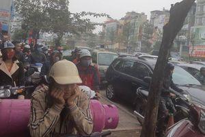 Đường phố Hà Nội chật như nêm những ngày cận Tết