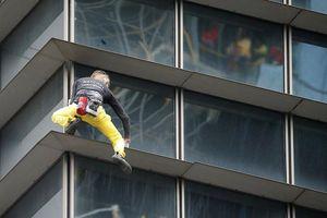 Thót tim xem 'người nhện' tay không leo tòa nhà 47 tầng ở Philippines