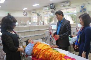 Chủ tịch CĐ Giáo dục VN thăm, tặng quà các bệnh nhân là nhà giáo