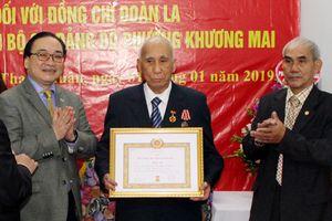 Trao Huy hiệu 70 năm tuổi Đảng cho đảng viên lão thành