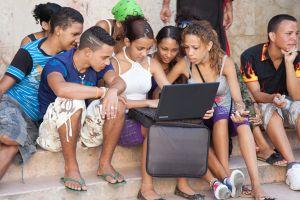 Dân xếp hàng dài chờ dùng Internet sau 11 ngày đứt cáp quang