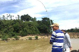 Săn cá ở thác hoang