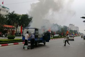 Xe tải bốc cháy giữa đường vì vừa đi vừa nấu bánh chưng