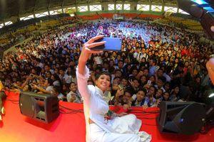 Hoa hậu H'Hen nhập vai diễn giả trước 12.000 đại biểu tại Philippines