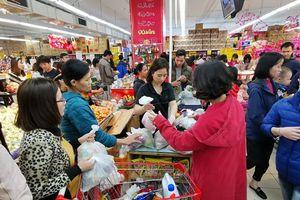 Siêu thị ở Hà Nội đông kín người ngày cuối năm