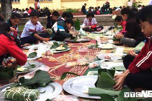 Trường miền núi Nghệ An dạy học sinh gói bánh chưng ngày Tết
