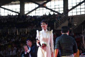 H'Hen Niê tự tin diễn thuyết trước hơn 12.000 sinh viên Philippines