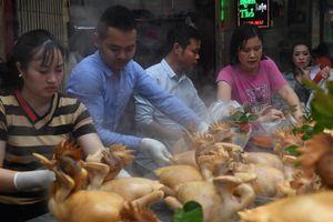 Chen chân mua gà cúng giao thừa sáng 30 Tết