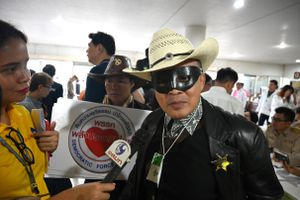 Siêu anh hùng và 10 Thaksin: Ngày đăng ký tranh cử vui như hội ở Thái
