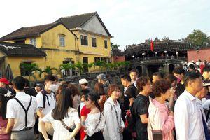 Đông nghịt du khách quốc tế đổ về phố cổ Hội An đón Tết Kỷ Hợi 2019