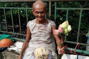 Cụ ông 85 tuổi và gánh hoa sen ấn tượng chiều 30 tết