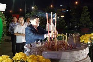 Chủ tịch UBND TP.HCM viếng các bậc tiền nhân đêm giao thừa