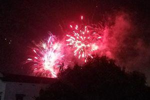 Pháo hoa đốt trái phép nổ rực trời tại Quảng Bình