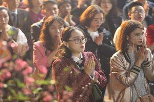 Tết Kỷ Hợi 2019, dân Thủ đô tấp nập đi lễ chùa cầu may