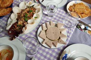 Người Việt ở Ý đón tết: Chiếc bánh chưng không vuông vắn mà ngon thấy lạ!