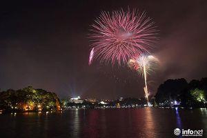 Pháo hoa lung linh trên mặt Hồ Gươm đêm Giao thừa