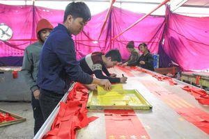 Tết rộn ràng ở ngôi làng đặc biệt bậc nhất Hà Nội chuyên làm cờ, băng rôn cổ vũ bóng đá