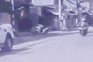 Va chạm với bé trai chạy sang đường, người phụ nữ bị tài xế ô tô tát cú 'trời giáng'