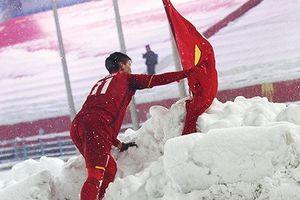 Người cắm cờ trên sân Thường Châu