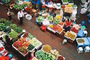 Thị trường Hà Nội mùng 2 Tết: Thực phẩm tăng nhẹ, khách nhiều