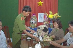 Hai người dân ở Vĩnh Long mang trả túi xách bên trong có 120 triệu đồng