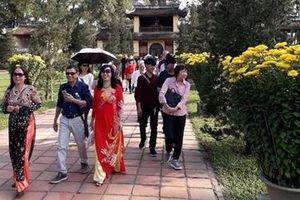 Người dân, du khách đổ xô đến chùa cầu an trong ngày đầu năm mới