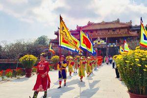 Hàng nghìn du khách 'xông đất' Hoàng cung Huế