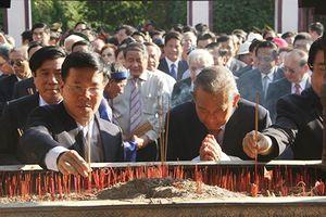 Dâng hương, hoa tưởng nhớ công ơn vua Quang Trung
